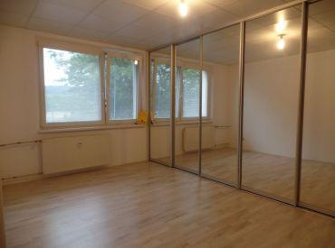 ** Na predaj 3-izbový byt 74 m2 + balkón - čiastočná rekonštrukcia - širšie centrum - Nové Mesto n/V **