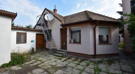 3 - izbový starší rodinný dom obytná plocha 90 m2, pozemok 572 m2  - Rajka