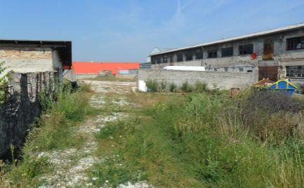 Predám polyfunkčný priestor s pozemkom 7009 m2 v Nitre pri Hypertescu.