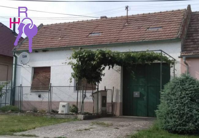 Na predaj rodinný dom s podmanivou atmosférou v centre obce Dlhá vhodný aj na chalupárčenie. Exkluzívne v Realholdingu.