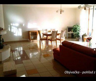 Ponúkame na predaj nadštandardný veľkometrážny byt v Trenčíne.