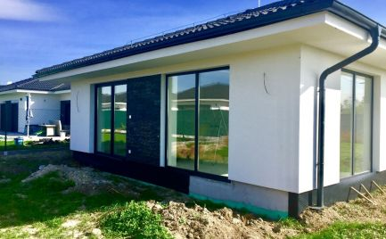 Novostavba  samostatného 4 izbového bungalovu v obci Kalinkovo za super cenu 155.000,-€ !!!