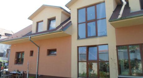 Kuchárek-real: Predáme dom v Pezinku s 3 samostatnými bytmi .