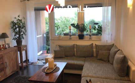 Predáme za výhodnú cenu luxusný 2 izbový byt v Maďarskej Rajke s 6m2 balkónom a parkovacím státím v cene.