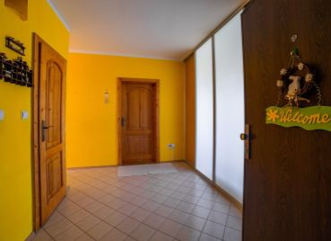 EXKLUZÍVNE: Veľmi pekný 3-izb klimatizovaný byt po rekonštrukcii v nízkopodlažnej bytovke v srdci Dúbravky, Švantnerova