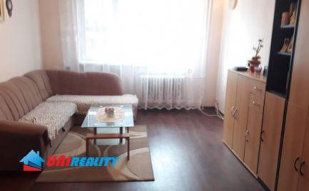 BÁNOVCE nad BEBRAVOU – 3 – izb. byt / širšie centrum mesta / čiastočná rekonštrukcia / Balkón