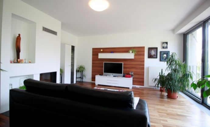 Veľký 5-izb. byt s výhľadom a parkingom na prenájom / Spacious 4 bedroom apartment with great view in the center of Bratislava for rent