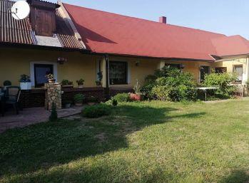 Velmi pekný bezbarierový rodinný dom v obci Čerhov s krásnou vinicou a zátiším