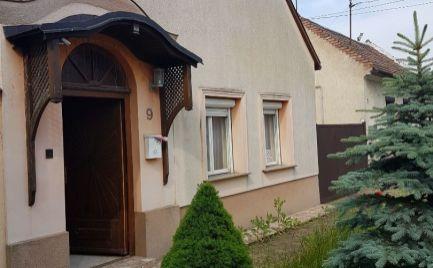 Predáme dom v centre Maďarskej Rajky za vynikajúcu cenu.