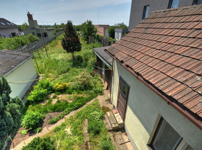 VEĽKÝ BIEL, pozemok 1 755 m2 - možná výstavba 3 - 6 domov, dostupnosť centra BA, 3,5-i DOM NA POZEMKU