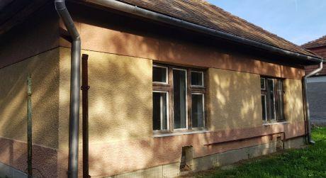 ZNÍŽENÁ CENA!! Rodinný dom na predaj v obci Rúbaň s pekným pozemkom.