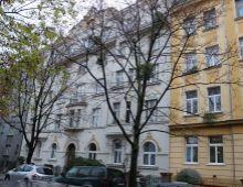 Jedinečný veľkometrážny (150 m2) tehlový 5 izbový byt s typickou staromestskou atmosférou tichej časti Starého mesta v historickej budove s výhľadom na Modrý kostolík, Sienkiewiczova ulica.
