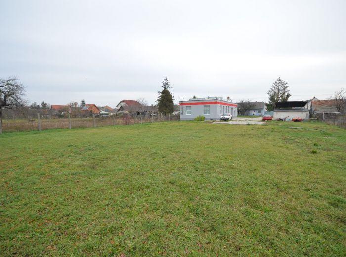 VEĽKÁ PAKA,  pozemok 2 039 m2 – VEĽKÝ, oplotený, VÝROBNÁ HALA, 5 garáží, všetky IS, VÝHODNÁ CENA