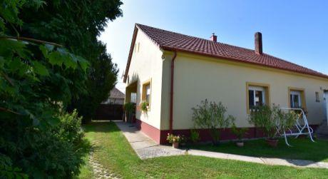 4 - izbový slnečný rodinný dom 120 m2, pozemok 1250 m2 v obci Rajka