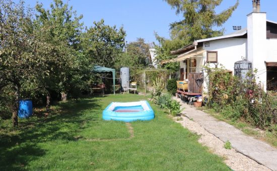 Predaj pekný udržiavaný stavebný pozemok s chatou blízko pri Bratislave, Miloslavov