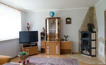 Rodinný dom obkolesený zeleňou a pozitívnou energiou.