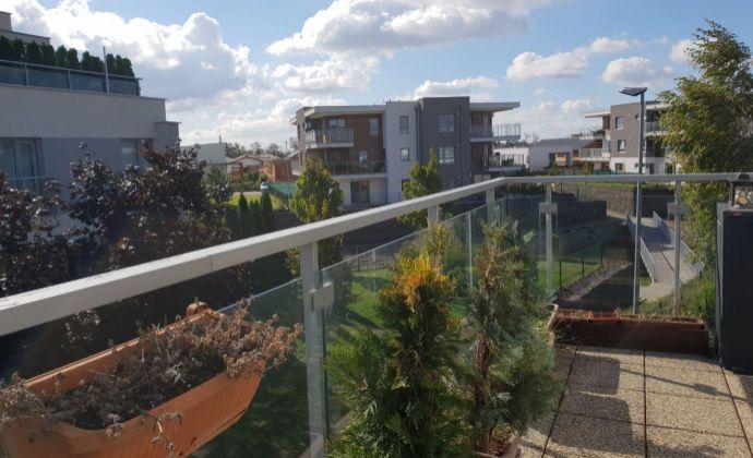 2 izbový byt v Senec Gardens s balkónom, pivnicou a park. miestom