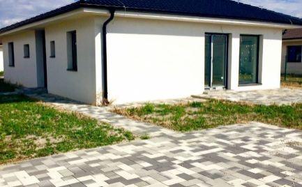 Novostavba 4 izbového samostatného bungalovu vo vysokom štandarde v obci Hviezdoslavov za super cenu 161.400,- !!!