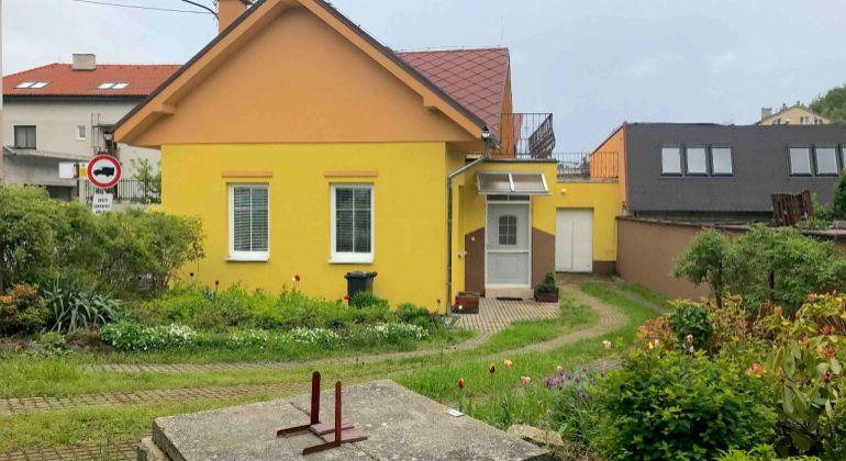 GREGORY Real, PREDAJ, RD vo vidieckom štýle vhodný na podnikanie, resp. na 2 samostatné bytové jednotky, Dúbravka, Koprivnická ul, Bratislava IV.