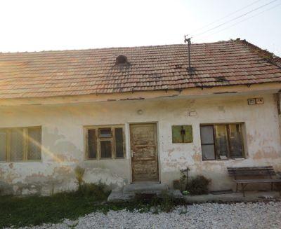Na predaj pozemok so starším 2 izbovým rodinným dom 401 m2 Oslany 78081