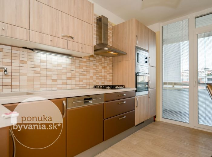 PREDANÉ - HROBÁKOVA, 3-i byt, 74 m2 – kompletná REKONŠTRUKCIA, nepriechodné izby, IHNEĎ VOĽNÝ