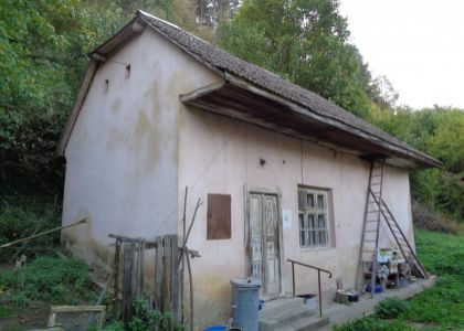DOMUM - Chalupa v obci Hrachovište, pekný 2834m2 pozemok, 12 km od Nového Mesta n/V