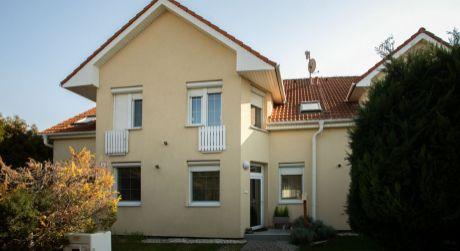 Rodinný dom v radovej zástavbe Hrubá Borša.