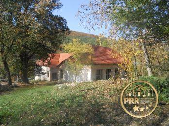 ZNÍŽENÁ CENA ! Predaj budovy so začatou rekonštrukciou na pozemku 1593m2 v podhorskej obci Závada p/Č.vrchom.