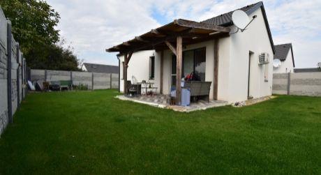 Moderný 3 izbový rodinný dom / 60m2, so záhradou / 300m2, s klimatizáciou a na dobrom mieste v Rajke