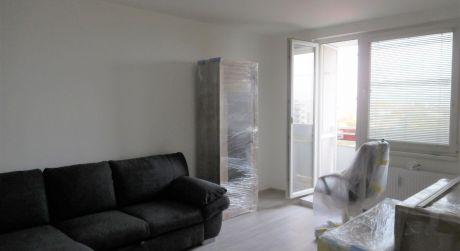 PREDAJ - NADŠTANDARDNÝ 1 IZBOVÝ BYT (42 m2) S LOGGIOU NA VII. SÍDLISKU