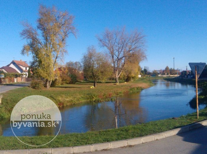 PREDANÉ - NOVÁ DEDINKA, stavebné pozemky, 1 921 m2 - pre 4 rodinné domy, VLASTNÁ CESTA, NOVÁ a pokojná lokalita