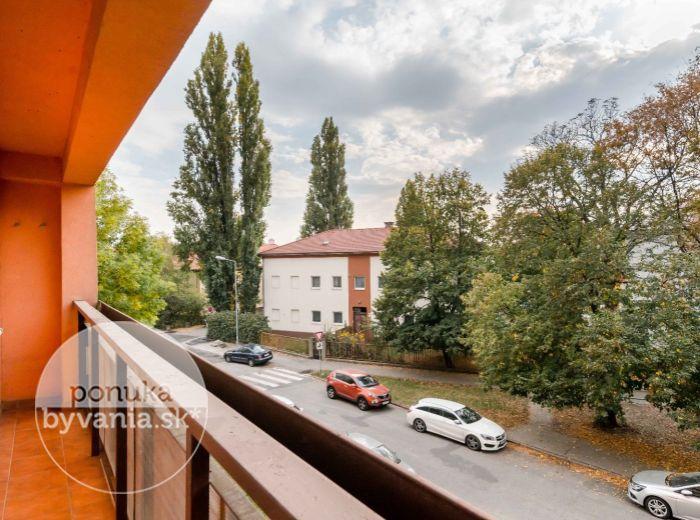 PREDANÉ - NOBELOVA, 3-i byt, 87 m2 – priestranný byt, TEHLA, rekonštruovaný dom, IHNEĎ VOĽNÝ