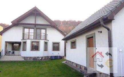 Rodinný dom v tichej lokalite s bazénom, garážou, kompletne zariadený