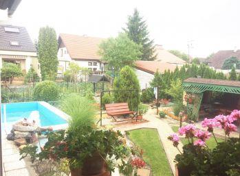 ***REZERVOVANÝ: Atriový 4 izbový rodinný dom v Plaveckom Štvrtku pri Malackách!