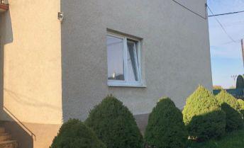 Na predaj priestranný viacgeneračný rodinný dom spolu s menším hosťovským domčekom v obci Veľké Bierovce .