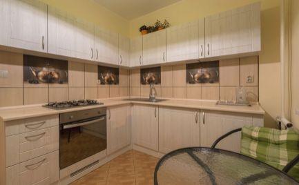 RESERVE !!! 2 izb. byt, Štúrova ul., TEHLA, balkón, kompletná  rekonštrukcia, parkovanie vo dvore