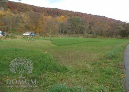 DOMUM - Stavebný slnečný pozemok v Novej Bošáci, 976m2, 15km od NMnV, elektrina