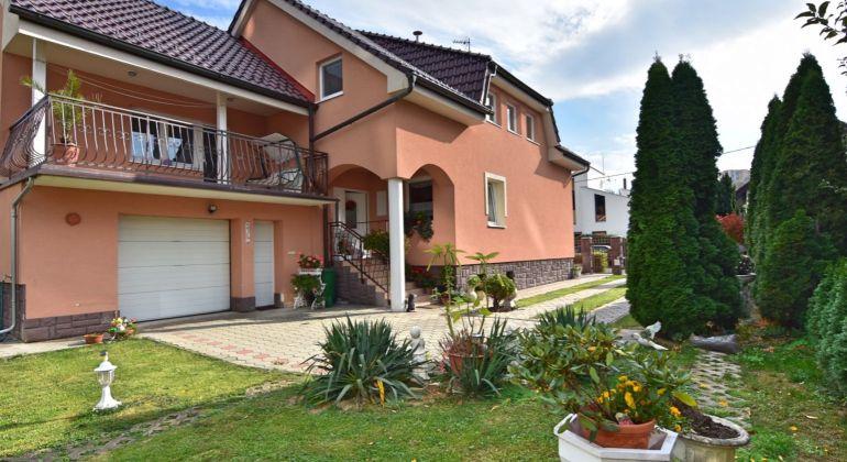 Na predaj krásny rodinný dom v CENTRE mesta Trenčín, pozemok 670m2, garáž, terasa
