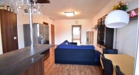 Veľký 2 izbový, čiastočne zariadený byt / 51,73m2 + balkón 7,15m2, v novostavbe bytového domu v Rajke.