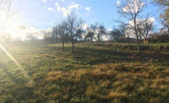 Veľký slnečný pozemok pod lesom - Nitrianske Sučany