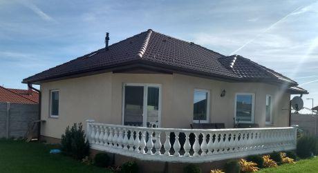 TOP PONUKA 3 - izbový  rodinný dom 82 m2, pozemok  491 m2 -  Rajka  - pri rýchlom jednaní cena DOHODOU
