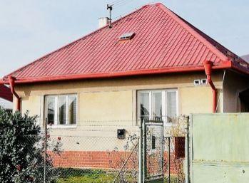 Rodinný dom s garážou a pekným pozemkom