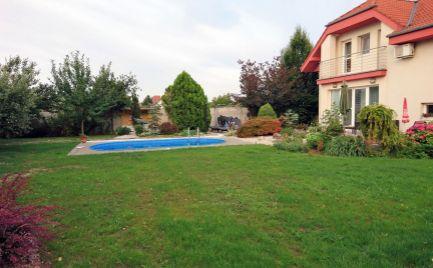 Priestranný rodinný dom s obrovskou záhradou len 5km od BA