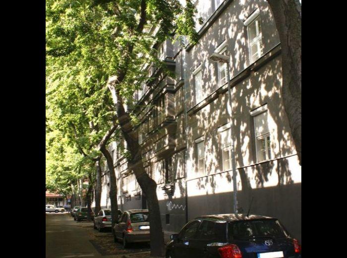 PREDANÉ - ŠKOVRÁNČIA, 3-i byt, 105 m2 – tehlový SLNEČNÝ BYT V TICHEJ ULIČKE S NÁDHERNÝM STROMORADÍM, na skok od budovy Slovenského rozhlasu