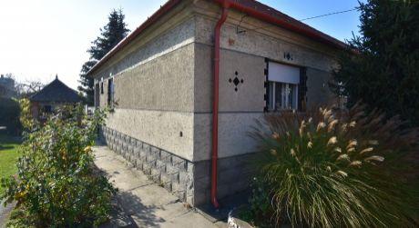 3 až 5 - izbový starší rodinný dom 100 m2, pozemok 840 m2 s garážou a pivnicou - Rajka