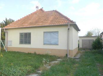 SUPER CENA!Predáme 3-izb. RD s letnou kuchyňou a garážou na veľkom pozemku v Šoporni