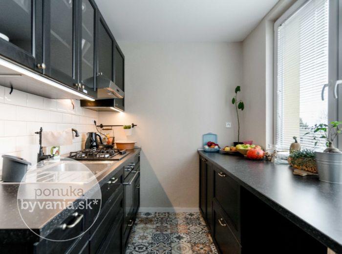 PREDANÉ - HLOHOVEC, 2-i byt, 68 m2 - OBROVSKÝ, rekonštrukcia v 2017, výborné PARKOVANIE