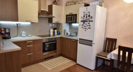 3 - izbový byt s loggiou 67m2, 3 ročná bytovka s výťahom, kryté parkovacie miesto - Rajka
