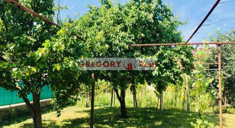 Chcete bývať priamo v dedinke Slovenský Grob? Pozemok 856 m2  so starým domom a všetkými IS na predaj - CENTRUM Slov.Grobu