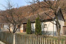 MAĎARSKO - HÁROMHUTA 2 IZBOVÝ RODINNÝ DOM  V CENTRE OBCE POVODNÝ STAV